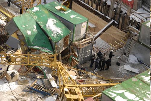 В Москве упал кран