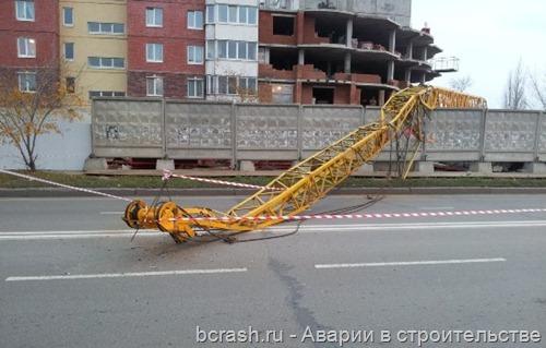 В Тольятти упал кран