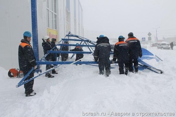 Курск. Обрушение козырька на территории овощного рынка