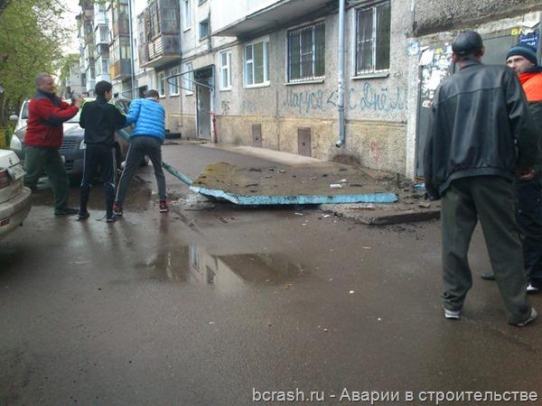 Красноярск. Обрушение козырька на улице Тотмина. Фото