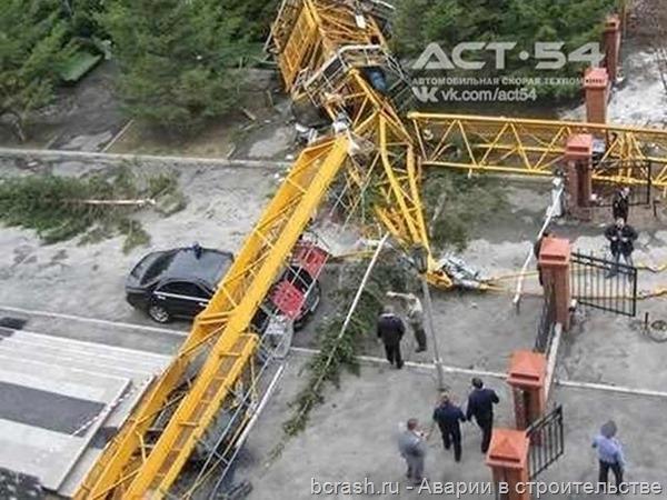 Новосибирк. Упал кран на улице Шевченко. Фото