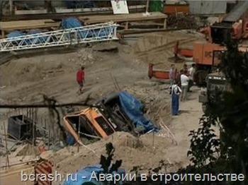 Воронеж. У Чернавского моста перевернулся кран